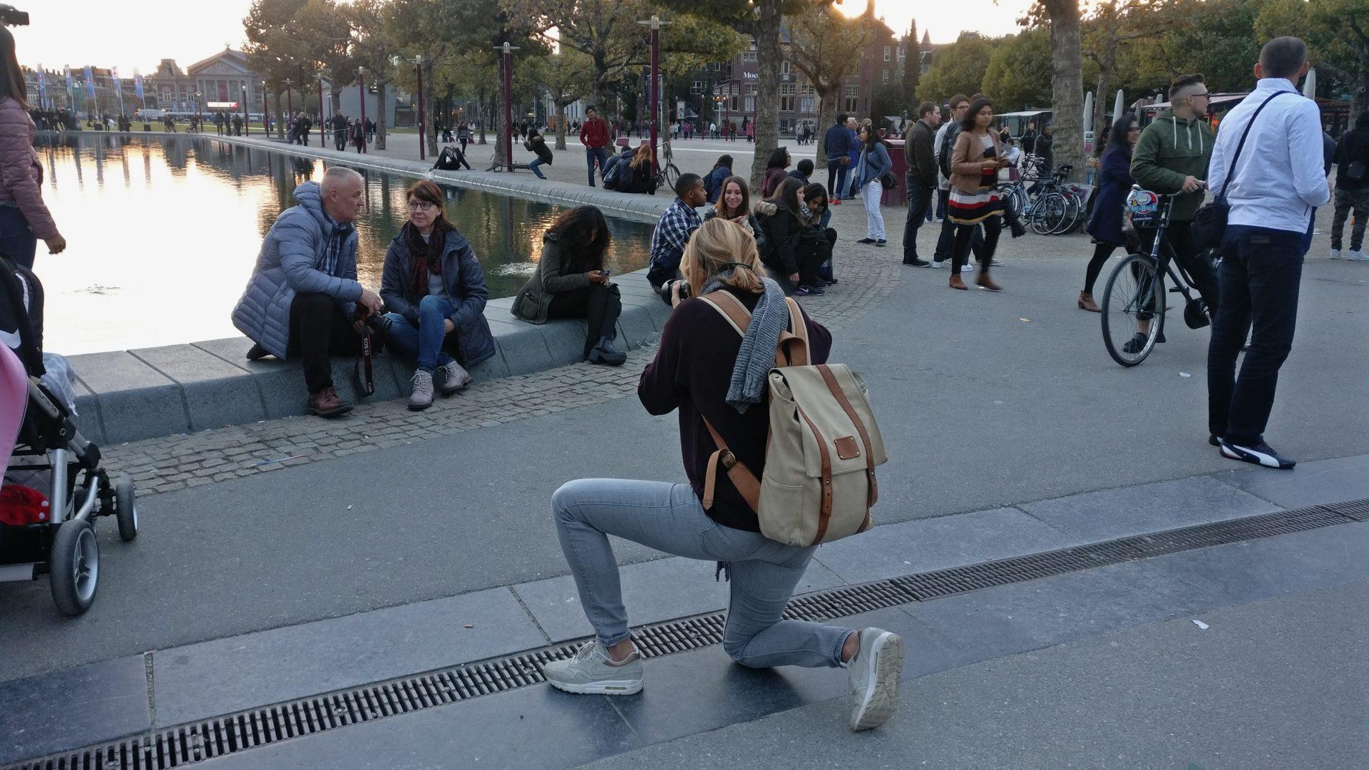 Dor de knieën met camera. Caroline Vlietstra Content Creator journalist fotograaf Amsterdam